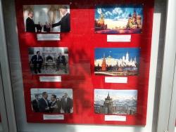 Fotos aus dem Glaskasten vor der russischen Botschaft in Belgrad